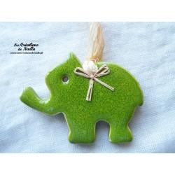 Petit éléphant couleur vert printemps en céramique