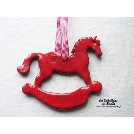 Grand cheval à bascule, couleur rouge piment